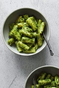 vegan parsley walnut pesto pasta is simple to make and full or super fresh flavours. Parsley, spinach and walnuts add an earthy depth of flavour and loads of nutrition.
